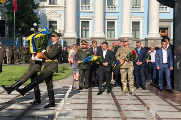 Tag der Verteidiger des Vaterlandes: Präsident Selenskyj ehrt gefalle Soldaten – Fotos, Video