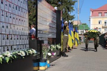 Минутой молчания и салютом почтили в Чернигове память погибших защитников