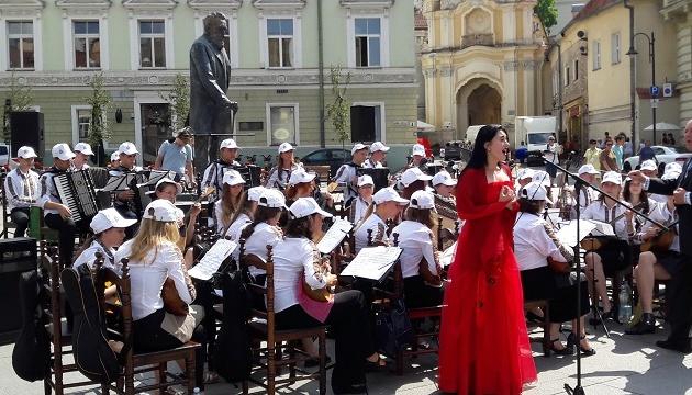Виконавці з України організували музичний флешмоб у серці Вільнюса