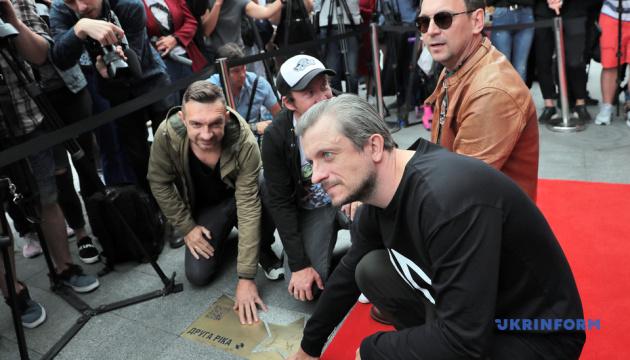 """У Києві відкрили """"зірки"""" на честь Кузьми Скрябіна та гурту """"Друга Ріка"""""""