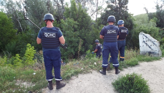 ウクライナ、スタニツャ・ルハンシカの橋近くで地雷除去作業開始