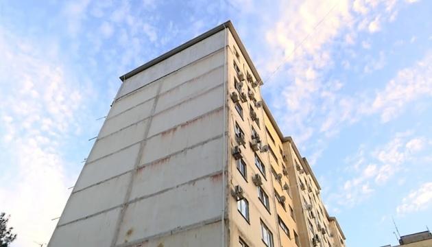 У Києві чоловік під час обшуку вистрибнув з 10 поверху