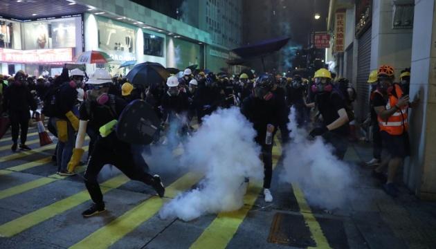 У Гонконзі поліція застосувала вогнепальну зброю проти мітингарів