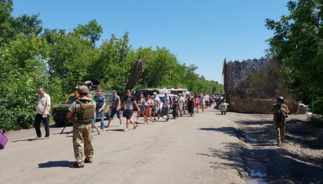 У пунктах пропуску на Донбасі в чергах очікують 175 авто
