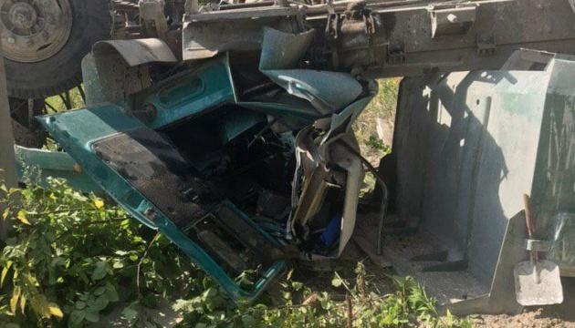 В Харькове грузовик упал с моста, врачи борются за жизнь водителя