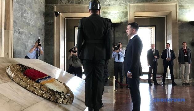 Зеленський розпочав візит до Туреччини з покладання квітів до мавзолею Ататюрка