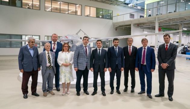 ゼレンシキー大統領、トルコの無人戦闘機製造企業を訪問