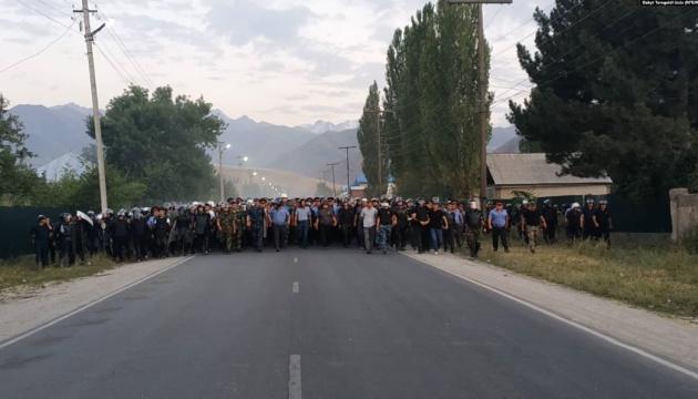 Сотні киргизьких міліціонерів, які затримували Атамбаєва, вирушили до Бішкека пішки