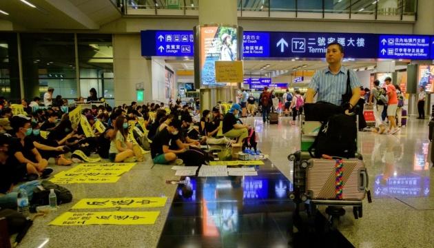 Аеропорт Гонконгу поновив роботу, однак сотні рейсів досі скасовують