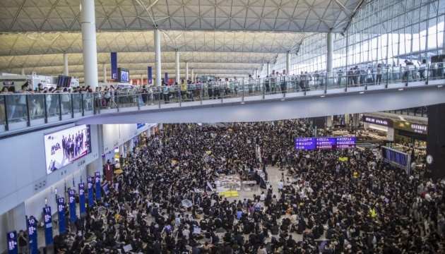 Через протести у Гонконгу припинили рух поїздів до аеропорту