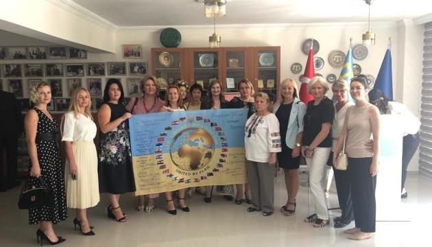 Українська діаспора Туреччини передала Зеленському прапор зі своїми підписами