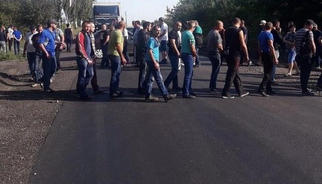 """Гірники шахти """"Курахівська"""" перекрили дорогу і вимагають зарплату"""