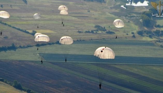 На Житомирщині десантники-резервісти стрибали з парашутами