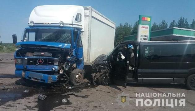Біля Щастя вантажівка зіткнулася з мікроавтобусом, вісім постраждалих