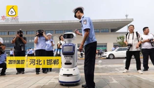 У Китаї запустили роботів-поліцейських, які здатні розпізнавати людей