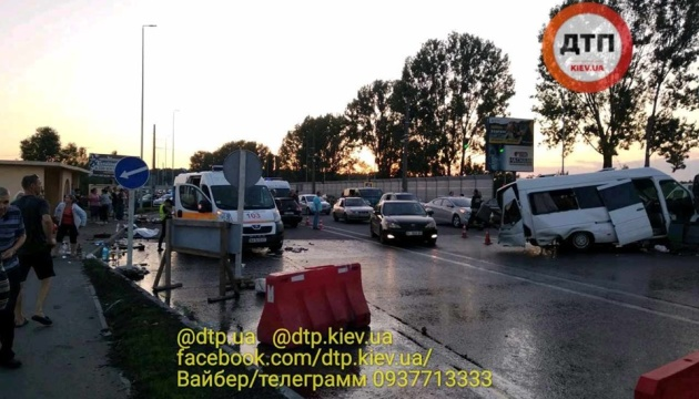 Під Києвом легковик зіткнувся з маршруткою, двоє загиблих, 13 постраждалих
