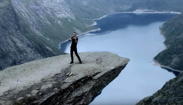 Український скрипаль зіграв на знаментій скелі над прірвою у Норвегії