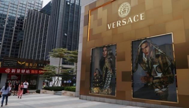 """Дом Versace извинился за футболки со """"странами"""" Гонконг и Макао"""