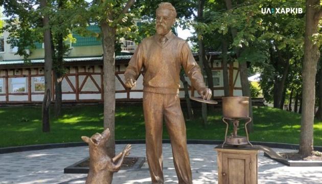 У Харкові встановили скульптуру академіка Вернадського, який варить борщ