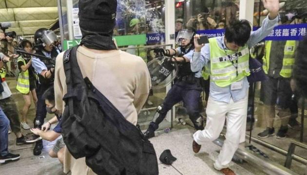 Суд дозволив виганяти демонстрантів з аеропорту Гонконгу
