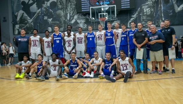 Баскетбольная команда NCAA провела мастер-класс в Днепре