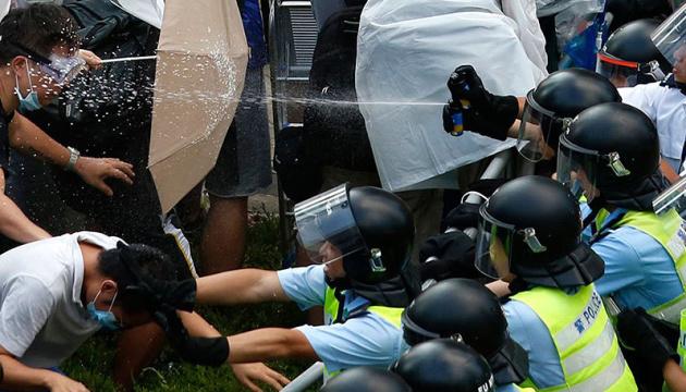 Amnesty обвинила полицию Гонконга в злоупотреблении силой