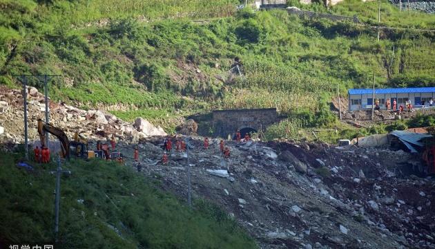 У Китаї через обвал скелі зникли безвісти 17 осіб