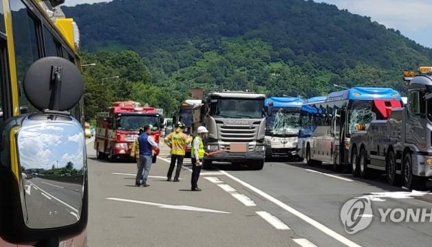 У Кореї зіткнулися пасажирські автобуси, фури і легковики — 37 поранених