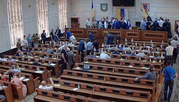 Позачергова сесія Одеської облради розпочалася бійкою
