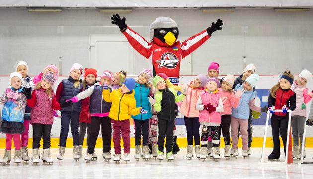 """Маскот хокейного клубу """"Донбас"""" відвідав тренування юних фігуристів"""