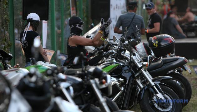 Черкасская полиция устанавливает личности байкеров, которые избили молодых супругов