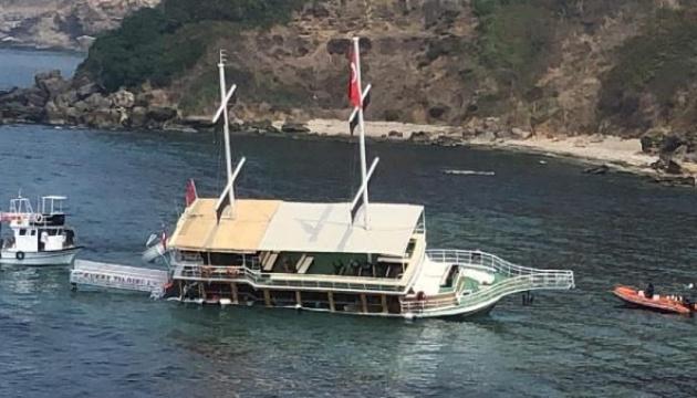 В Турции сел на мель экскурсионный катер, пассажиров эвакуировали