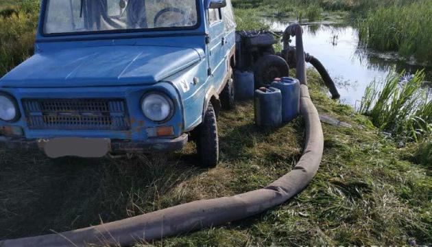 На Рівненщині копачі бурштину заблокували поліцейський автомобіль