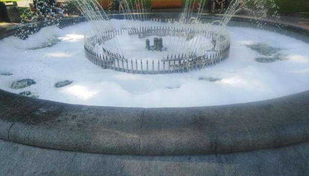 В сквере на Сагайдачного вандалы залили мыльный раствор в фонтан