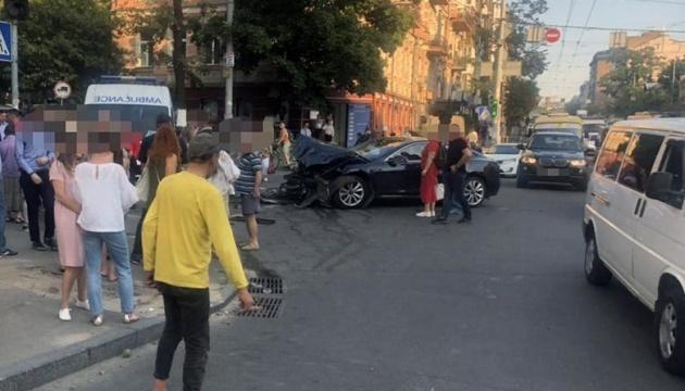 У Києві Range Rover після зіткнення з Tesla відкинуло на пішоходів, четверо постраждалих