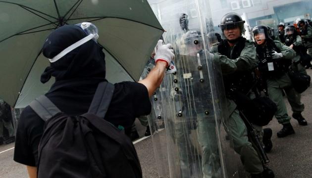 Після нічних сутичок з поліцією у Гонконзі затримали 29 осіб