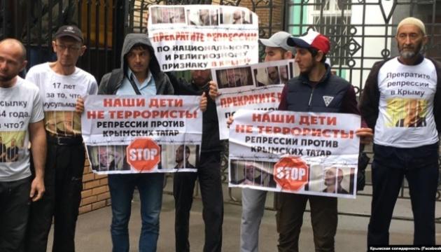 Еще семерых крымских татар оштрафовали за пикет возле Верховного суда РФ