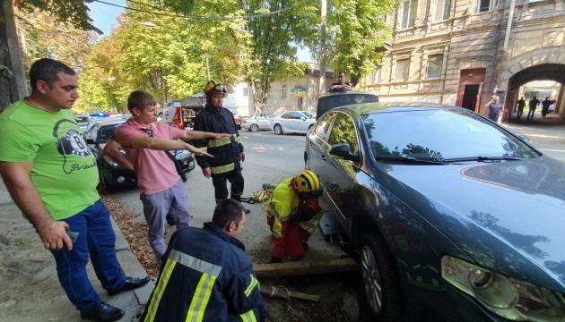 В Днипре под машиной провалился асфальт