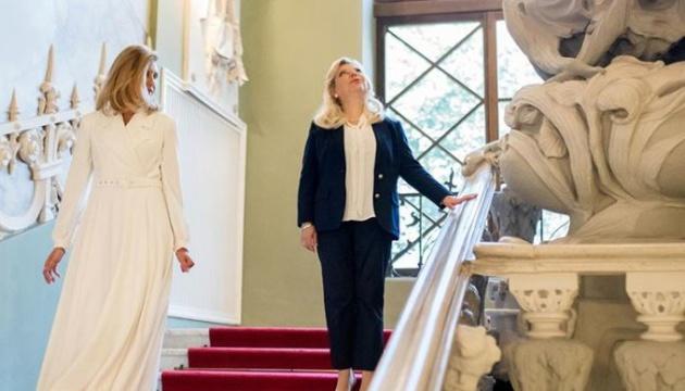 Тепла розмова про важливе: перша леді та Сара Нетаньягу прогулялися Будинком з химерами