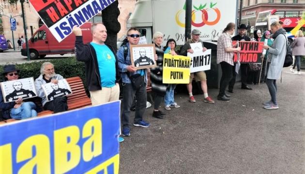 Українські та російські активісти пікетують Путіна в Гельсінкі
