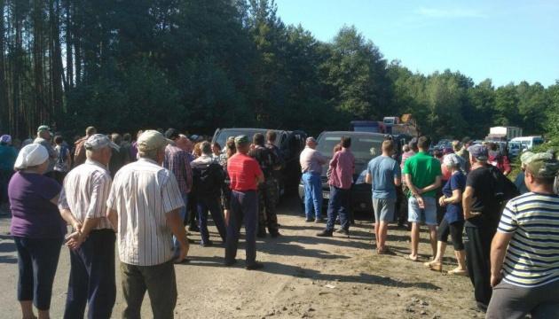 На Волыни крестьяне блокируют технику предприятия, которое планирует добывать янтарь