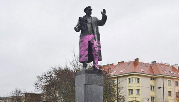 В Праге закрыли брезентом памятник Коневу