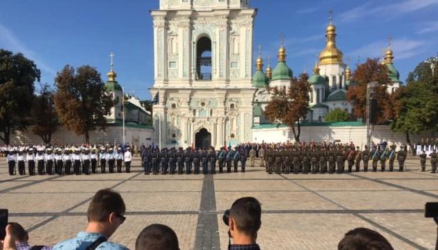 8月23日は国旗の日:ソフィア大聖堂前広場にてウクライナ国旗掲揚
