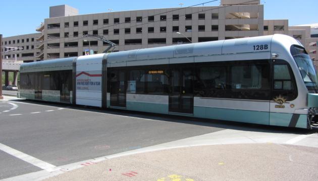 У США швидкісний трамвай зійшов з рейок, десятки постраждалих