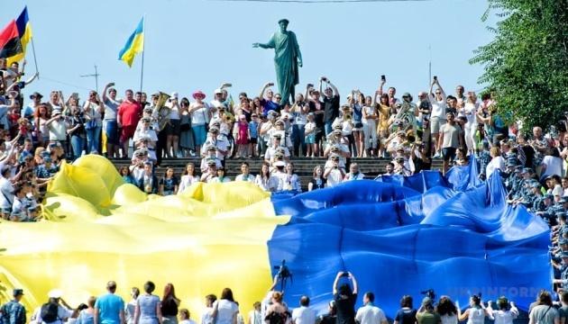В Одесі на Потьомкінських сходах розгорнули 28-метровий прапор України