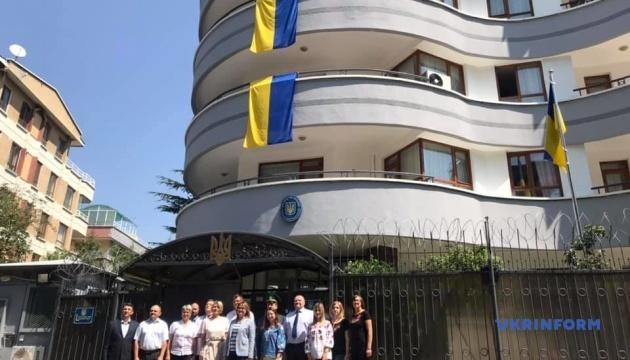 В Анкарі відбулося урочисте підняття українського прапора