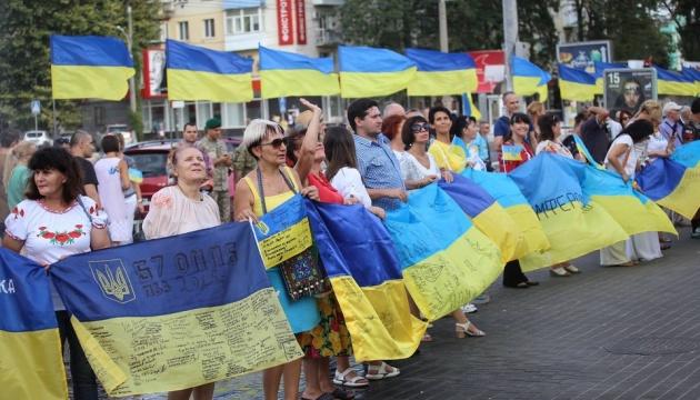 Самый длинный в Украине флаг с автографами бойцов АТО/ООС
