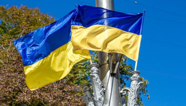 У центрі Києва чоловік розірвав прапор навпіл - йому повідомили про підозру