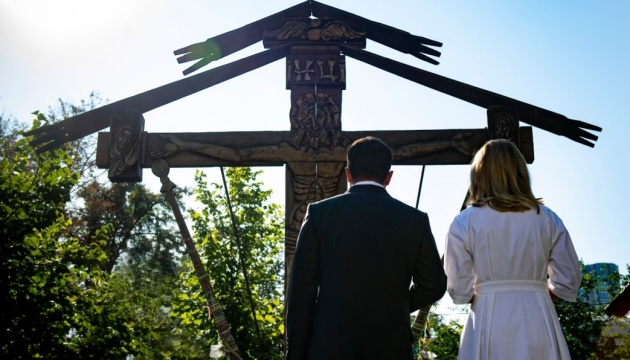 Президент із дружиною вшанували пам'ять загиблих на Алеї Героїв Небесної Сотні