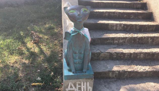 Одесити одягнули у вишиванки скульптури котів